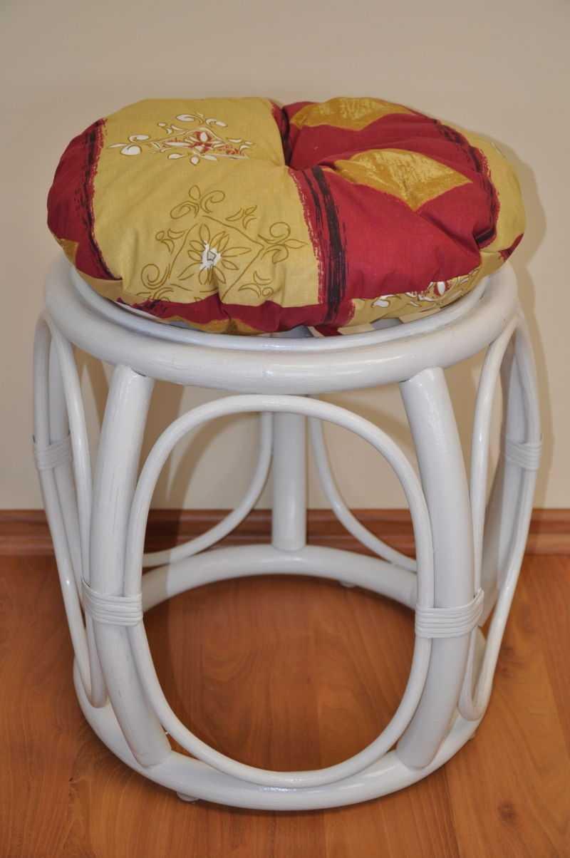 Ratanová taburetka široká bílá polstr vínový motiv | RYCHLÉ DODÁNÍ