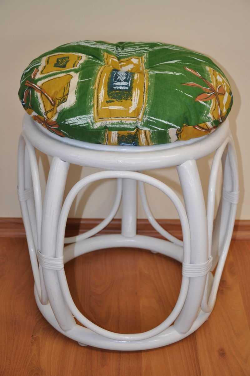 Ratanová taburetka široká bílá polstr zelený | RYCHLÉ DODÁNÍ