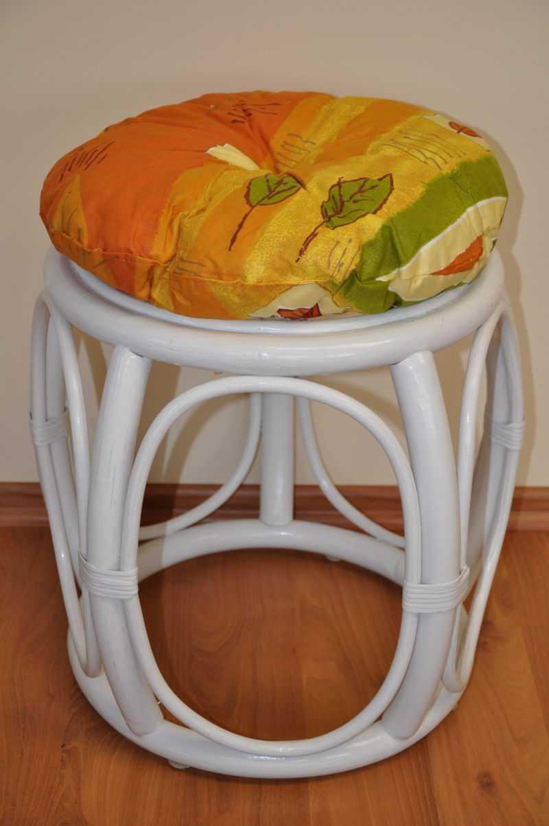 Ratanová taburetka široká bílá polstr žlutý motiv | RYCHLÉ DODÁNÍ